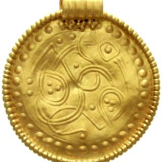 Gold-Brakteat (Schmuckstück) mit originaler Öse