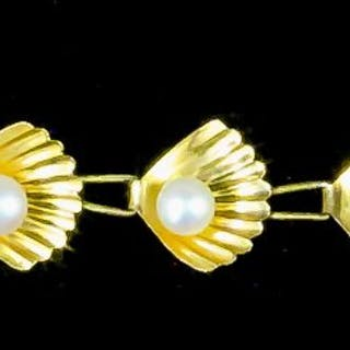 A modern 14ct gold bracelet in the form of twelve shells
