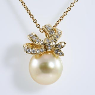 Pearl and Diamond Pendant Lot # 204 Melbourne