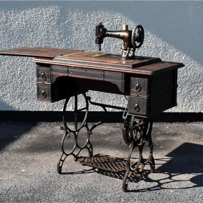Singer treadle sewing machine with box cover,    | Barnebys