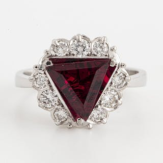 An 18K white gold ring set with a faceted garnet.