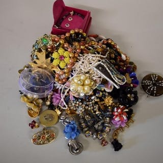 A quantity of modern costume jewellery.