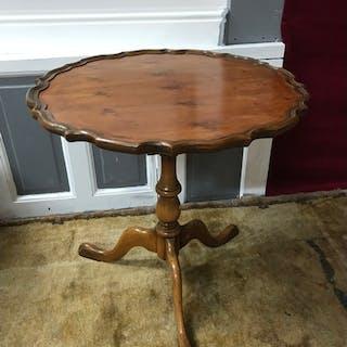 Antique style pedestal flip top table, The top swivels 360de...