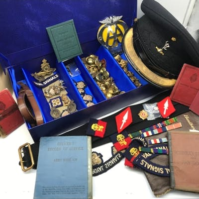 A Collection of Military Royal Signals cap badges, buttons, ...