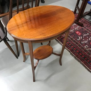 An oval Edwardian window table, Measures 72x61x42cm