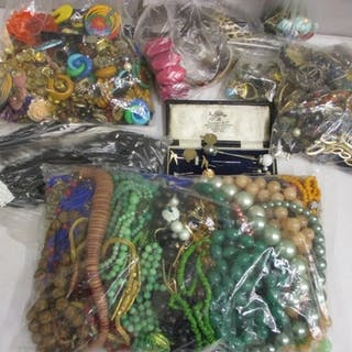 Mixed costume jewellery to include necklaces, earrings and o...