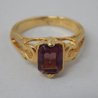 18ct Hallmarked Gold Ring Inset with a Central Ruby: Size J:...