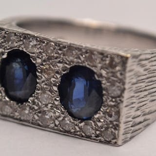 Fabulous Modern 18ct white gold textured shank sapphire and ...
