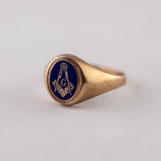 9ct GOLD MASONIC SIGNET RING. With enamelled Masonic motif, ...