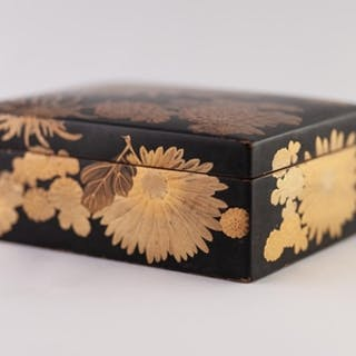 A JAPANESE MEIJI PERIOD SMALL LACQUERED BOX, gilded with chr...