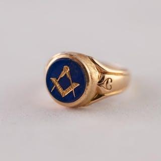 EDWARDIAN 18ct GOLD MASONIC INTAGLIO RING. A round blue glas...