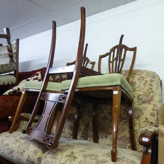 A PAIR OF MAHOGANY SHIELD SHAPED BACK DINING CHAIRS WITH TAP...