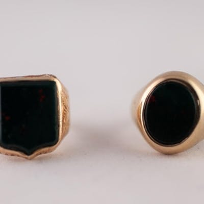 9ct GOLD BLOODSTONE SIGNET RING  With oval bloodstone, ring