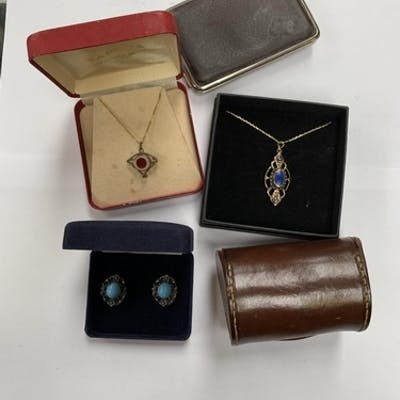 A COLLECTION OF JEWELLERY TO INCLUDE TWO NECKLACES AND A PAI...