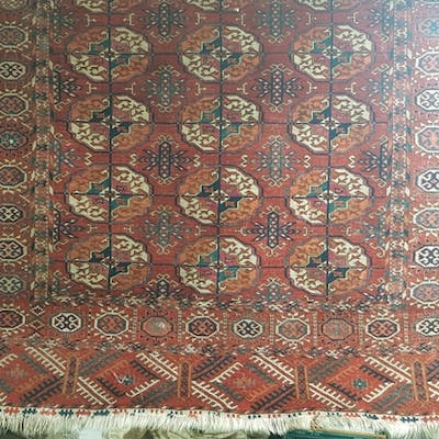 A good hand woven Iranian Rug with repeating borders and cen...