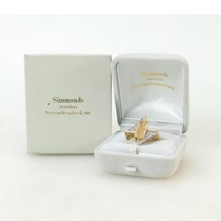 18ct gold Diamond ring: Ring set with centre beige precious ...