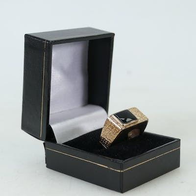 9ct gold Gentlemans ring: Ring set with Onyx stone, size V/W...