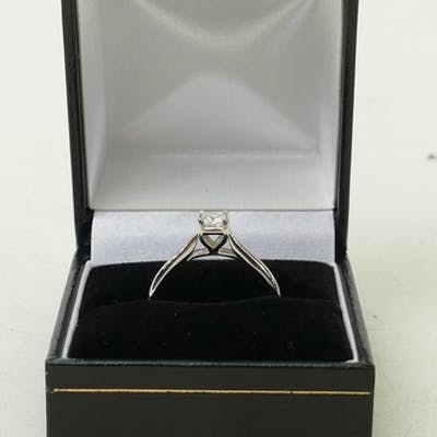 18ct white gold Solitaire Diamond ring: Princess cut ring ap...