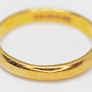 A hallmarked 22ct gold wedding band, wt. 4.5g, size P.