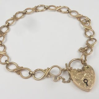 9ct gold bracelet of figures of eight. 9.5g.
