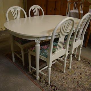 gustavianskt bord och stolar