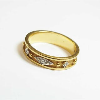 An 18ct gold band