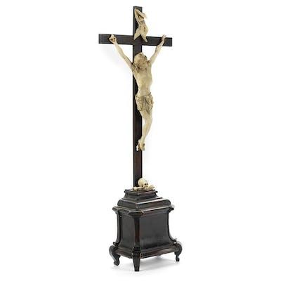 Qualitätvolles Hausaltarstandkreuz mit Corpus Christi in Elfenbein