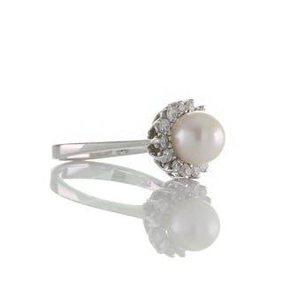 Schöner Entourage Ring mit Zuchtperle und Diamanten in 585 Weißgold