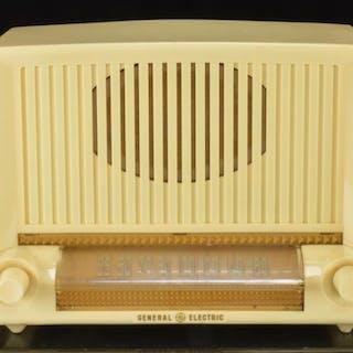 General Electric Model 423 Table Top Plastic Radio