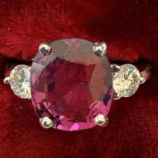 A certified natural Sri-Lankan pink spinel ring, the cushion cut four-claw