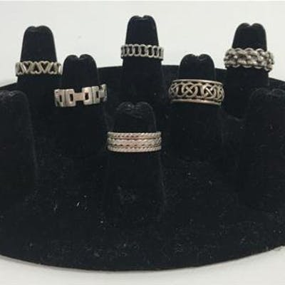 LOT OF PATTERNED FASHION RINGS