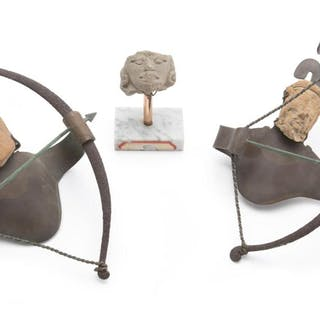 A group of Pre-Columbian-style items and Los Castillo mounts