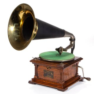 VICTOR TALKING MACHINE CO. TYPE II PHONOGRAPH