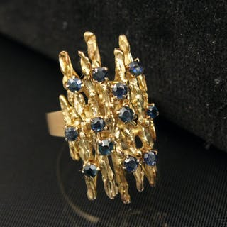 18K Y/G AND SAPPHIRE DINNER RING;  8.4 GR TW