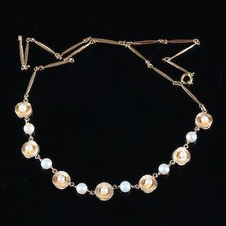 COLLIER, 18K guld med pärlor, 1900-talets andra hälft, totalvikt 10,87 gram.