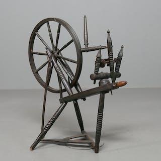 SPINNROCK, svarvat och målat trä, allmoge, 1800-tal.