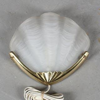 VÄGGLAMPA, glas/mässing, i form av snäcka, 1900-talets andra hälft.