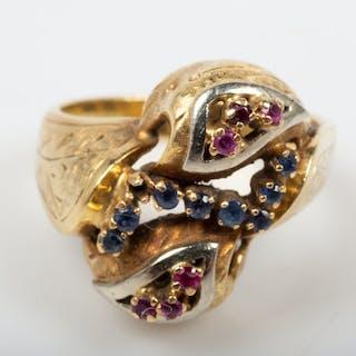 RING, 18 K guld med safirer och rubiner.