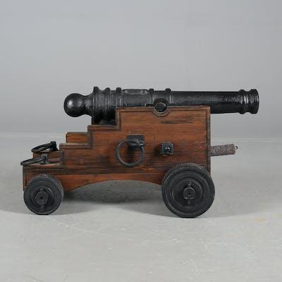 SALUTKANON, på trälavett, 27 mm, 1900-tal.