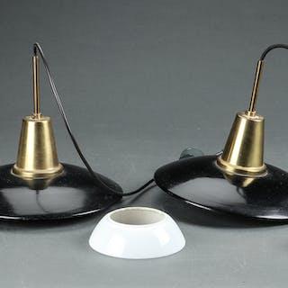Poul Henningsen. Et par pendler med skærme af hvidt opalglas, overskærmene