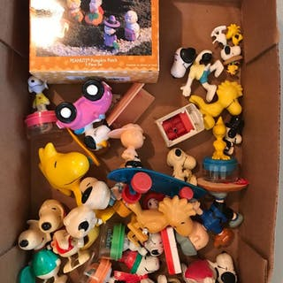 Group of Peanuts wind up toys and figurines