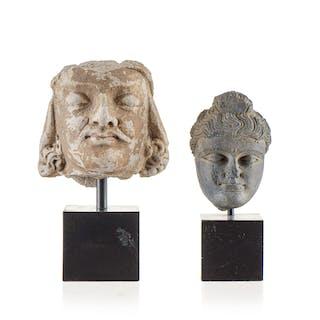 2 têtes, une de Bodhisattva en stuc, une de Bouddha en schiste, Inde