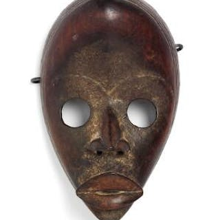 Small mask of carved patinated wood. Dan tribe, Ivory Coast. H. 21 cm.