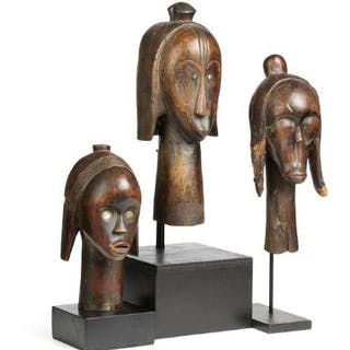 Three heads of carved patinated wood, Fang style. H. 24–34 cm. (3)