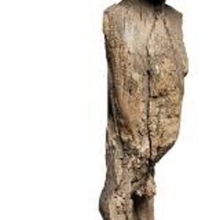 Ancestor figure of heavily weathered wood. Mossi style. H. 63 cm.