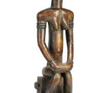 Seated female figure of carved patinated wood, Baulé style. H. app. 75 cm.