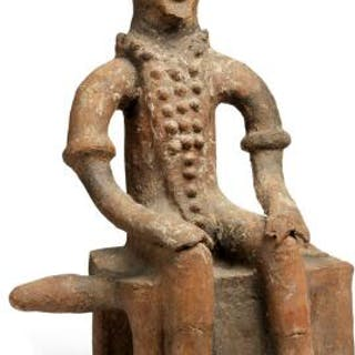 Sitting figure of terracotta. Akan style. H. 46 cm.