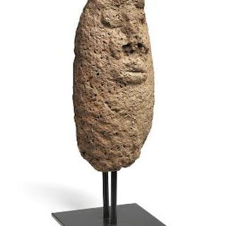Monolith of lava stone with face. Nigeria style. H. 40 cm.