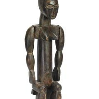 Seated ancestor figure of carved patinated wood with drum upon head