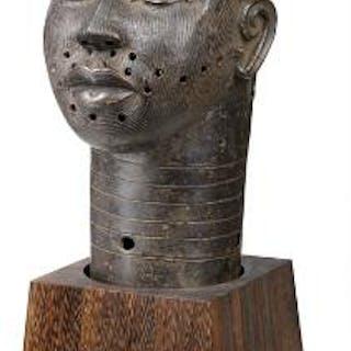 Head of patinated bronze. Ife style. H. app. 37 cm.